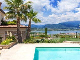 Giardino con piscina e vista sul lago di Garda
